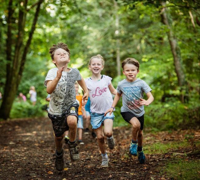 kinderen-buiten-spelen-met-gps-horloge.jpg